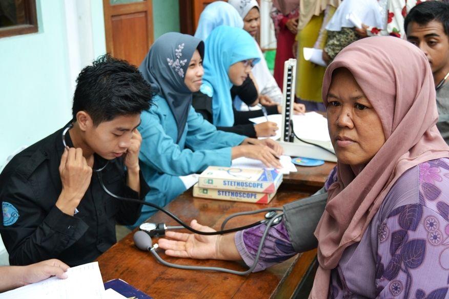 pemeriksaan kesehatan lansia oleh mahasiswa2